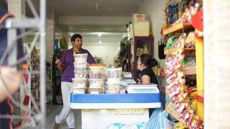 A Avante agora foca em microempreendedores do interior. Na foto, Bernardo Bonjean conversa com uma cliente em Paraisópolis.